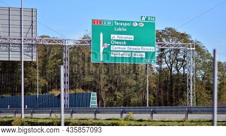 Warsaw, Poland. 10 Oktober 2021. View Of Road And Signs On Southern Bypass Of Warsaw S2.