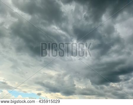 Stunning Dark Cloud Formations Right Before A Thunderstorm