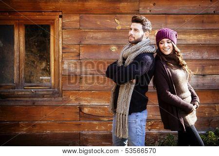 Junge kuppelkirche in einer Hütte in romantischer Landschaft im winter