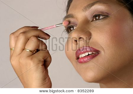 applying eye shadow make up