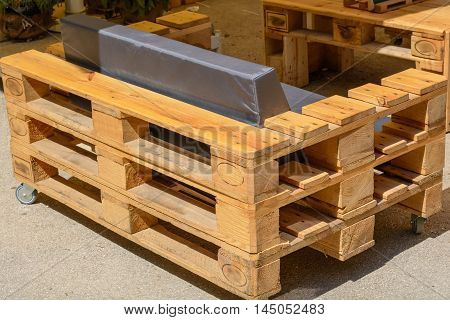 Furniture made of solid wood pallets - Upcycling Furniture