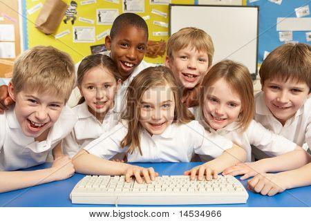 Schulkinder in es-Klasse unter Verwendung computer