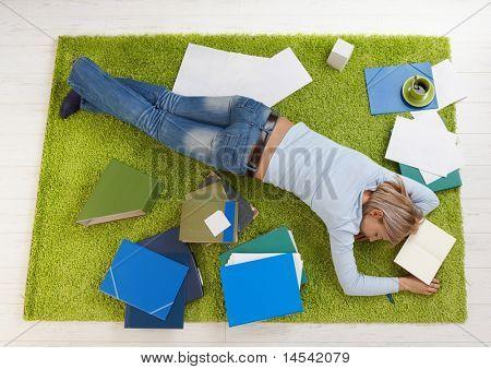 Müde College Student Girl Stock zu Hause schlafen.?