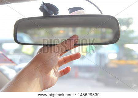 adjust rear view mirror of the car