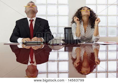 frustriert Kollegen spielen auf Konferenz-Anruf