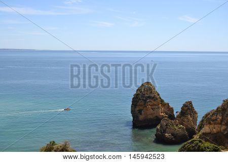 Playa del Algarve portugues, rocas y mar.