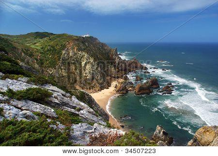 Vogelperspektive von den spektakulären Klippen von Roca Kap und Ursa Strand in portugal