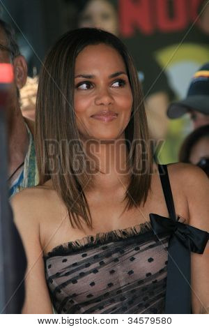 LOS ANGELES - APR 3: Halle Berry at a ceremony where Halle Berry is honored with a star on the Hollywood Walk of Fame on 3 April 2007 in Los Angeles, California