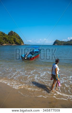 Tela, Honduras »; January 2020: A Woman Walking Winged From A Boat On The Beach Of Puerto Caribe In