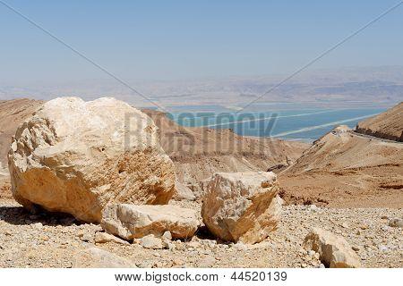 Wüste Landschaft in der Nähe des Toten Meeres am hellen Mittag