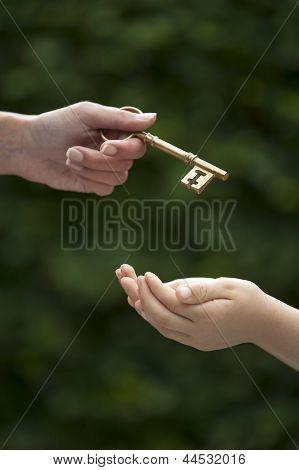 Clave de manos de adulto a niño