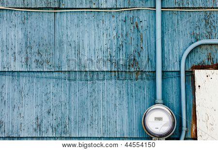 Medidor de suministro de potencia de red inteligente en pared azul grungy