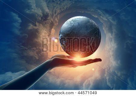 Imagen del planeta tierra en mano