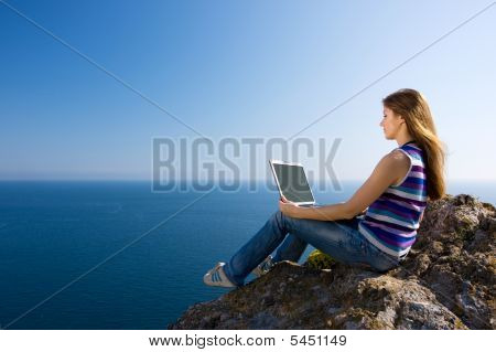 Женщина с ноутбуком и море