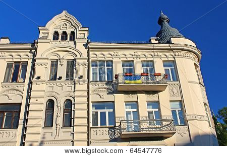 Building with Ukrainian flag on famous Andriyivskyy Descent in Kiev, Ukraine poster