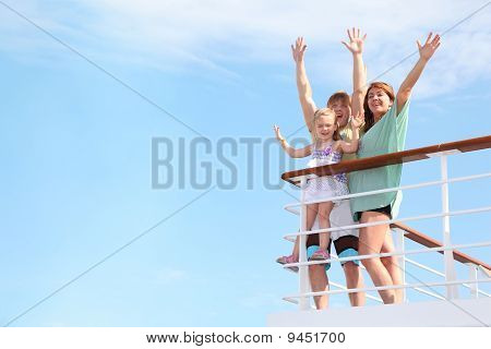 A kislány fiatal boldog család kezek Uprests a Yacht, és örülök, élet, lélek