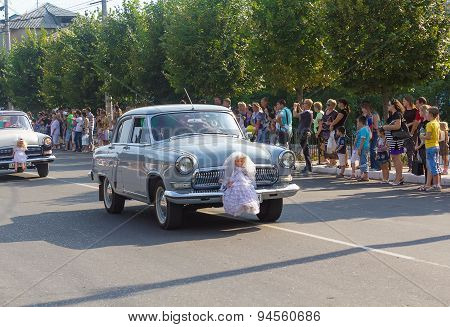 Makeevka, Ukraine - August 25, 2012: Retro Cars Depicting A Wedding Procession In The Parade During