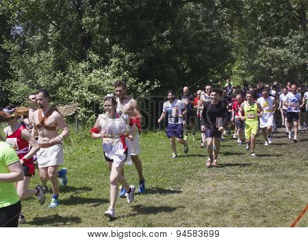 Group Of People Running In The Renai Park