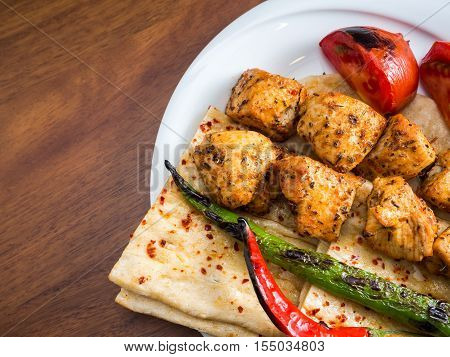 chicken kebabs with flatbread tomato and pepper