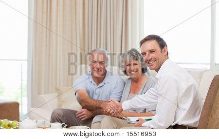 Senioren mit Qualitätssicherung Mann in die Kamera zu Hause schaut