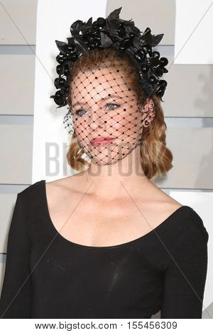 LOS ANGELES - NOV 5:  Elizabeth Banks at the 33rd Breeder's Cup World Championship at the Santa Anita Park on November 5, 2016 in Arcadia, CA