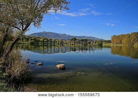 lac de montagne en début d'automne avec le ciel bleu