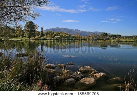 lac de montagne verdoyant et ensoleillé avec de jolis reflets