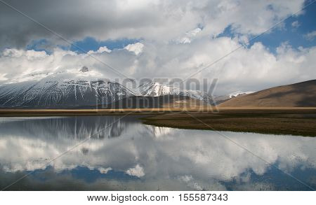 Vettore mountain reflect on the water in Umbria