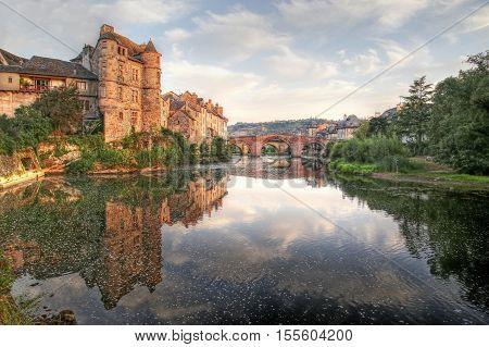rivière et son pont couleurs brique et beau reflet