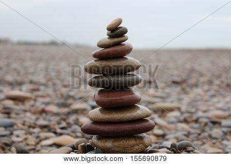 equilibrio en armonía de piedras en la playa