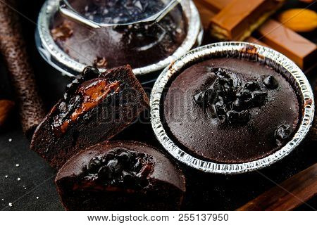 Muffin Dark Chocolate Lava With Chocolate Chip In Foil Tray Bread With Wafer Roll, Wafer Fingers And