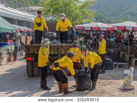 Koh Larn,thailand - April 23,2018: Beach Thai People Pick Up The Trash For Keeping The Beach Clean.t