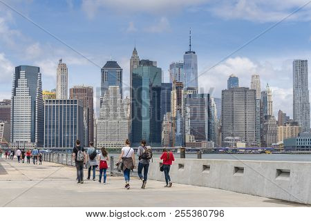 New York, Usa - May 21, 2018: Tourists Visiting The Brooklyn Bridge Park With Manhattan Skyline In T