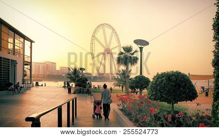 Dubai, Uae - May 08, 2018: Dubai Marina Promenade At Sunset. Ferris Wheel, Dubai Marina Beach, Dubai