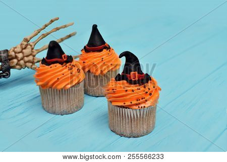 Halloween cupcakes background. Halloween witches hat cupcake. Halloween treats with palm of skeleton. Halloween treats Halloween cupcake. Halloween background. Halloween monsters party cupcake. Halloween background. Halloween party. Happy Halloween