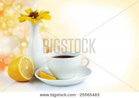 taza de la mañana de té con limón, naturaleza muerta sobre fondo bokeh
