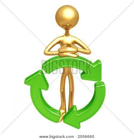 Debout avec le symbole de recyclage