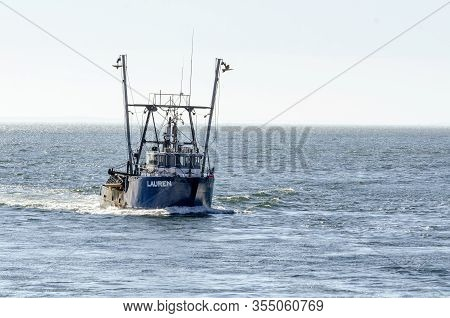 New Bedford, Massachusetts, Usa - March 9, 2020: Clammer Lauren Homebound In Hazy Buzzards Bay