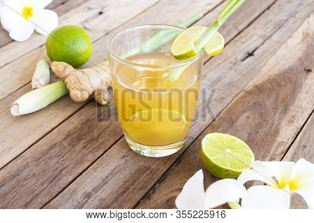 Hot Ginger Water Herbal Healthy Drinks Health Care For Cough Sore With Ginger Slice, Lemongrass, Lem