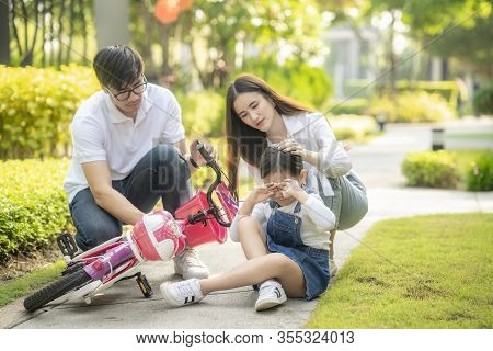 Daughter Crying And Injured From Bicycle Accident, Father And Mother Running To Go To Take Care, Thi