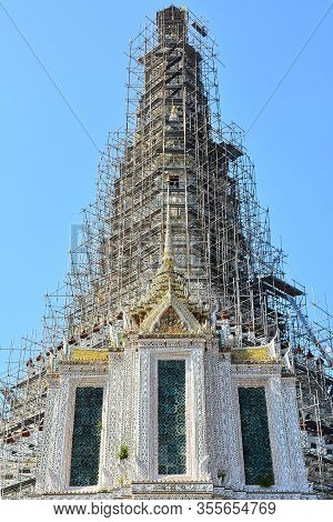 Bangkok, Th - Dec. 12: Wat Arun Central Tower Facade On December 12, 2016 In Bangkok, Thailand. Wat