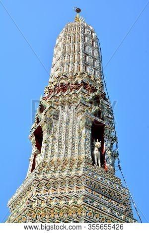 Bangkok, Th - Dec. 12: Wat Arun Facade On December 12, 2016 In Bangkok, Thailand. Wat Arun Or Temple