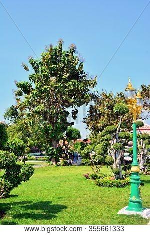 Bangkok, Th - Dec. 12: Wat Arun Outdoor Park On December 12, 2016 In Bangkok, Thailand. Wat Arun Or