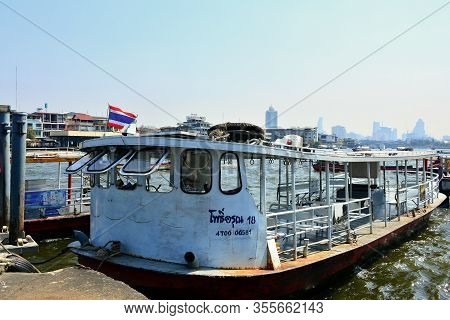 Bangkok, Th - Dec. 12: Chao Phraya Tourist Boat At The Dock On December 12, 2016 In Chao Phraya Rive