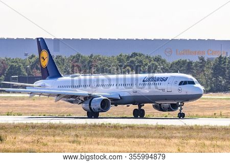 Frankfurt, Germany 11.08.2019 Lufthansa Airlines Airbus A320-214 Landing At The Fraport Airport Base