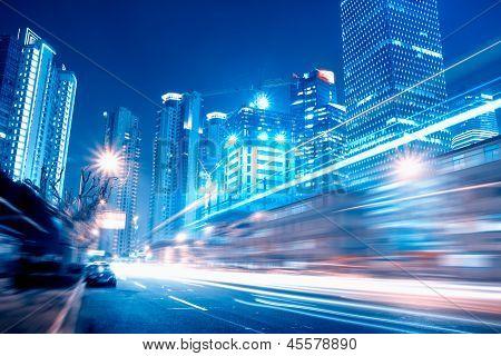 Schnelle Bewegung der Autos in der Nacht