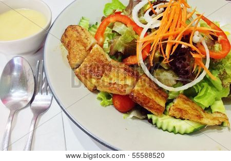 Grilled Fish Salad  with Lamon Sauce