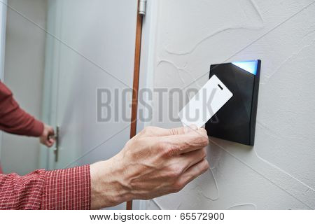 electronic key access system to lock and unlock doors
