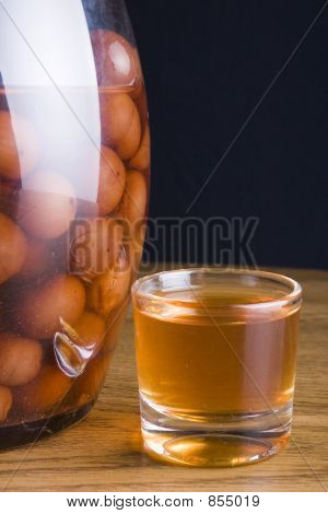 botlle of licor of sour cherries en glass