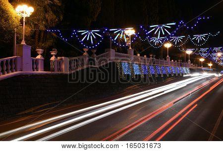 Night scene of the Central street of the city Sochi-Kurortny Prospekt. Prolonged exposure